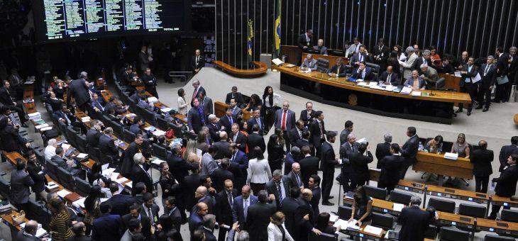 Câmara aprova ampliação de período de afastamento para estudantes grávidas